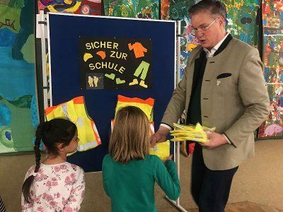 1. Bürgermeister übergibt Warnwesten an die 1. Klassler
