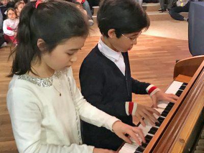 Kleine Pianisten geben ein Konzert