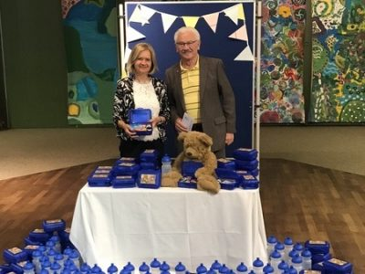 Brotbox mit gesundem Pausenbrot wird an die 1. Klasskinder verteilt