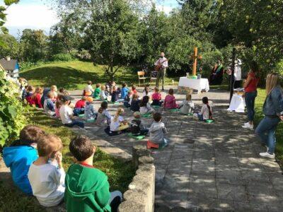 Segnung der 1. Klassen in unserem Schulgarten unter freiem Himmel