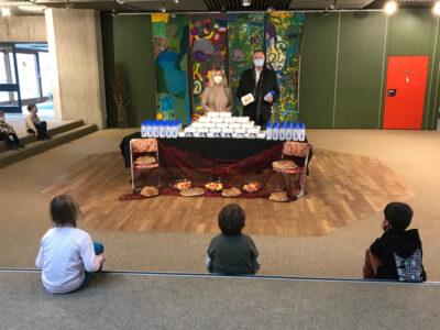 Brotboxen werden vom Ersten Bürgermeister Dr. Gruchmann und Frau Streidl an die Erstklassler verteilt